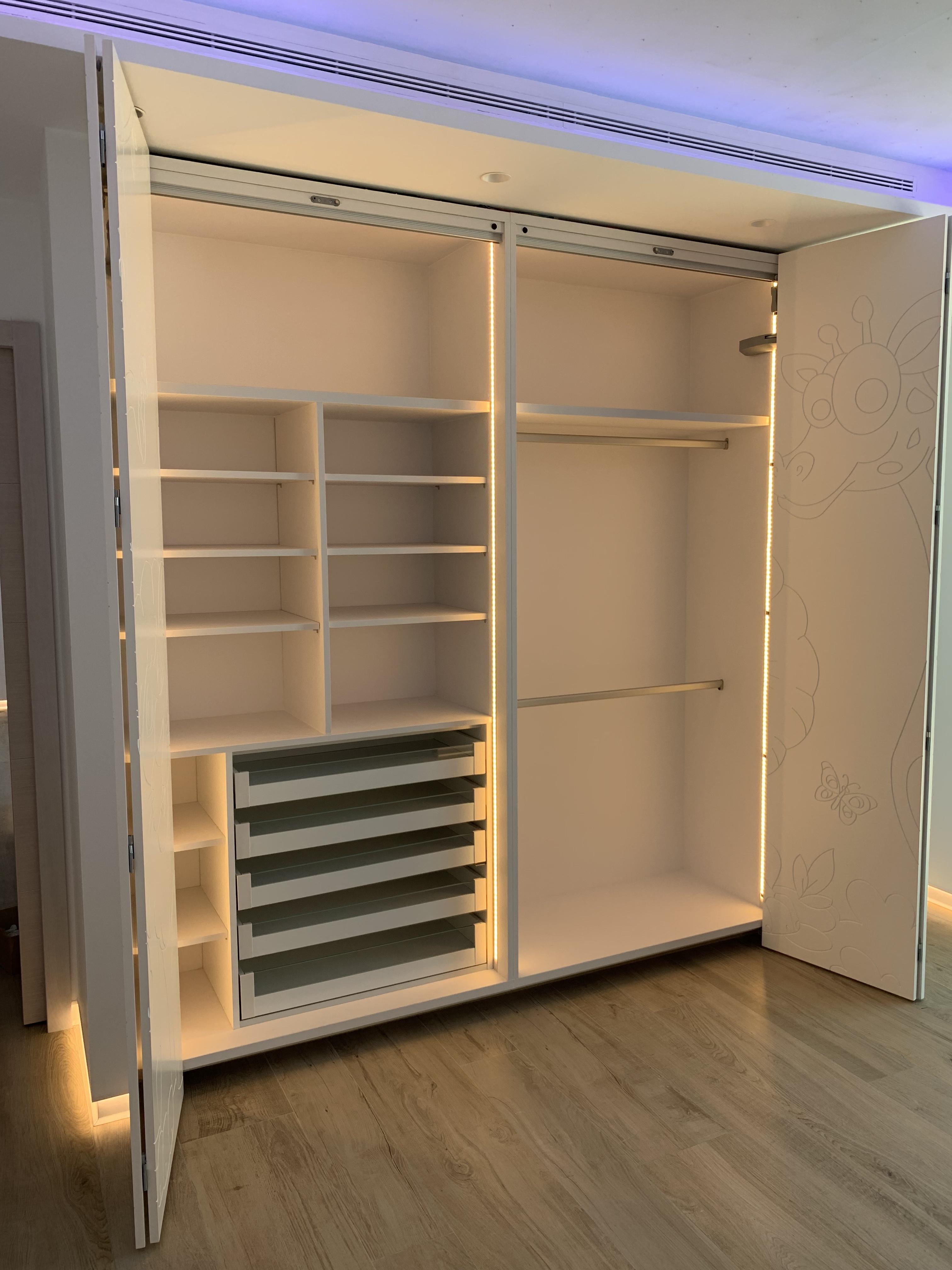 Armario de puertas plegables con apertura asistida e iluminación automática